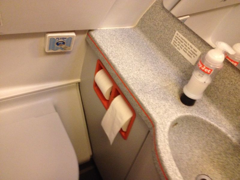 easyJet toilet airplane Diarioazafata