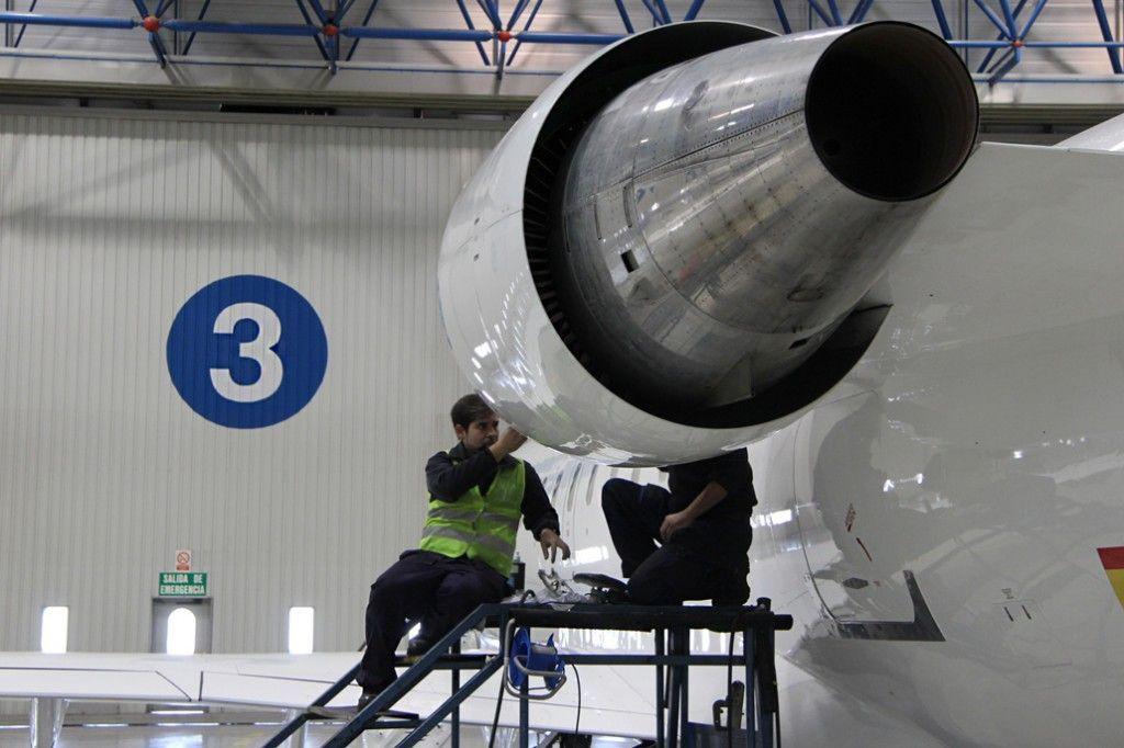 Técnicos de Mantenimiento revisan un CRJ200