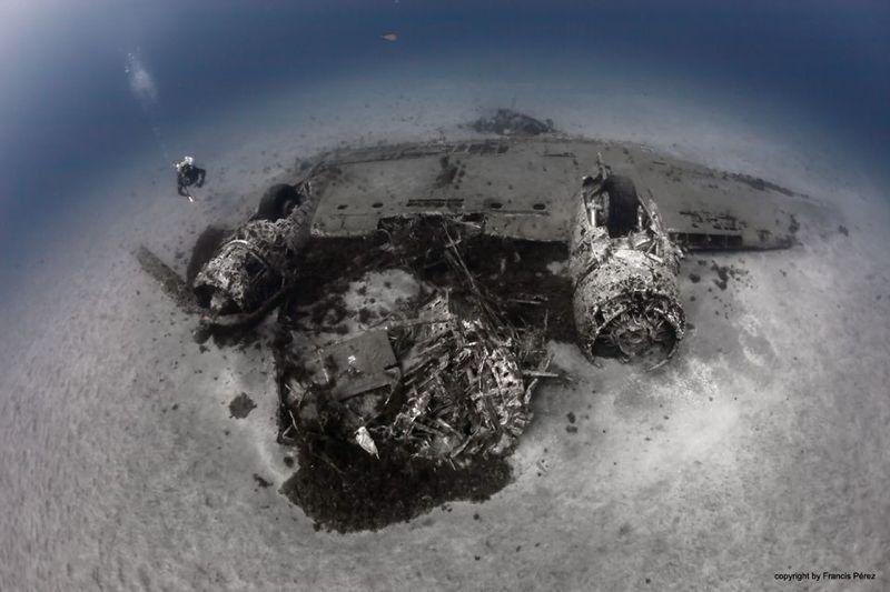 El DC-3 de Spantax a más de 30 metros de profundidad. Img: Francis Pérez.